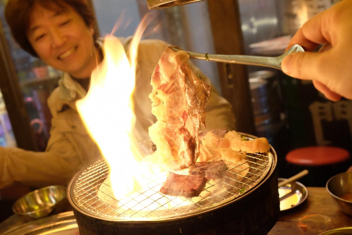 七輪で炎と煙に包まれながら社長あるあるをぶちまけるBOSS会議の夜