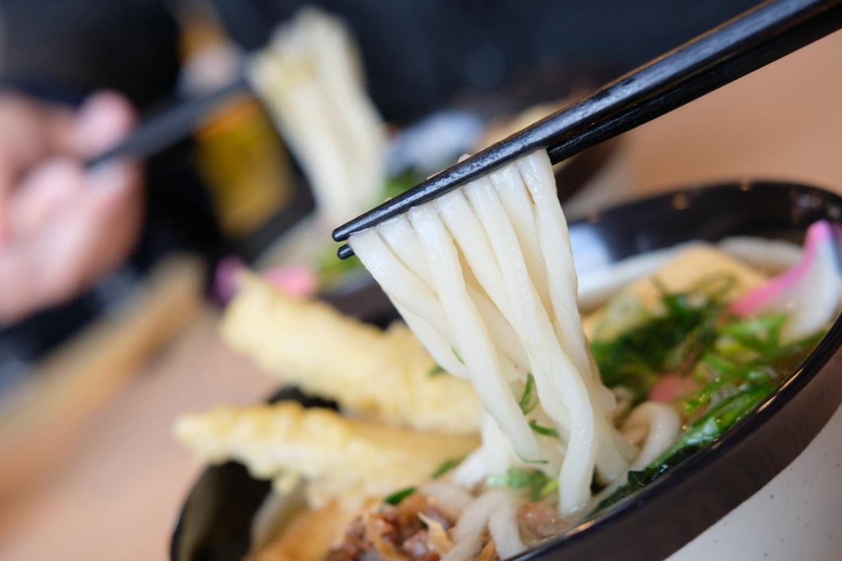 この一杯で五品味わえる一途五目うどん(だし巻き、ごぼう天、きつね、わかめ、肉 )でナント500円