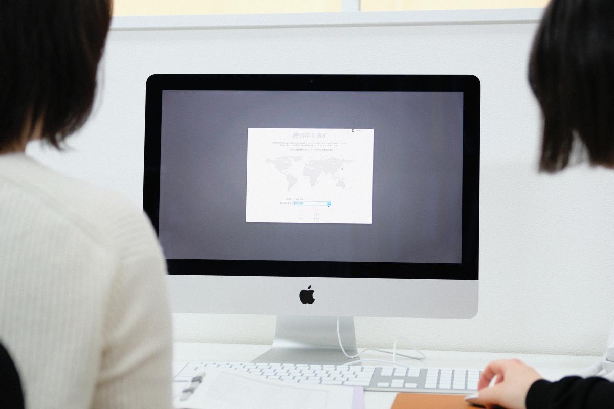 新人建築アシスタントデザイナーと新しいiMac