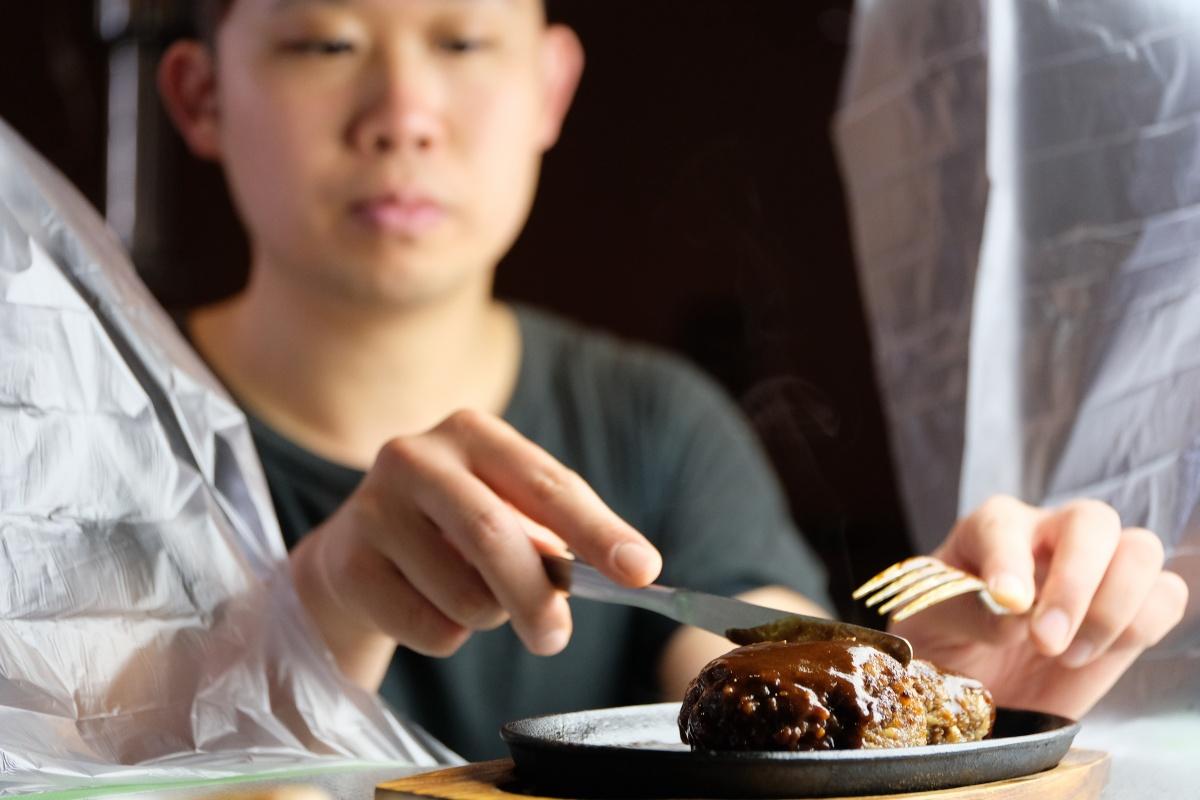 友バラの一頭買いをする焼肉だんくだから作れるハンバーグにもっとも適した希少ブイを使った黄金ハンバーグ!
