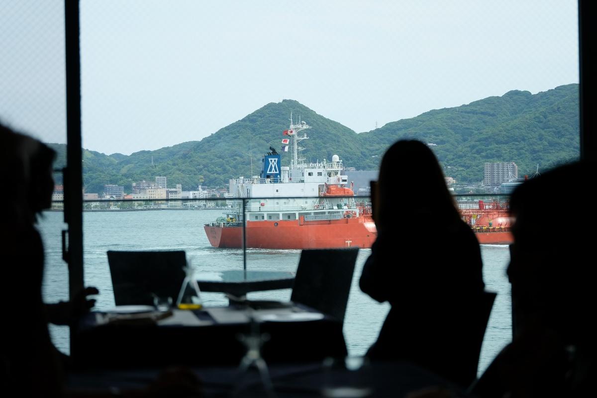 青々と広がる関門海峡を行き交う船舶を眺めながらシャンパンと「おいしい」イタリアンが気軽に楽しめる大人の隠れ家