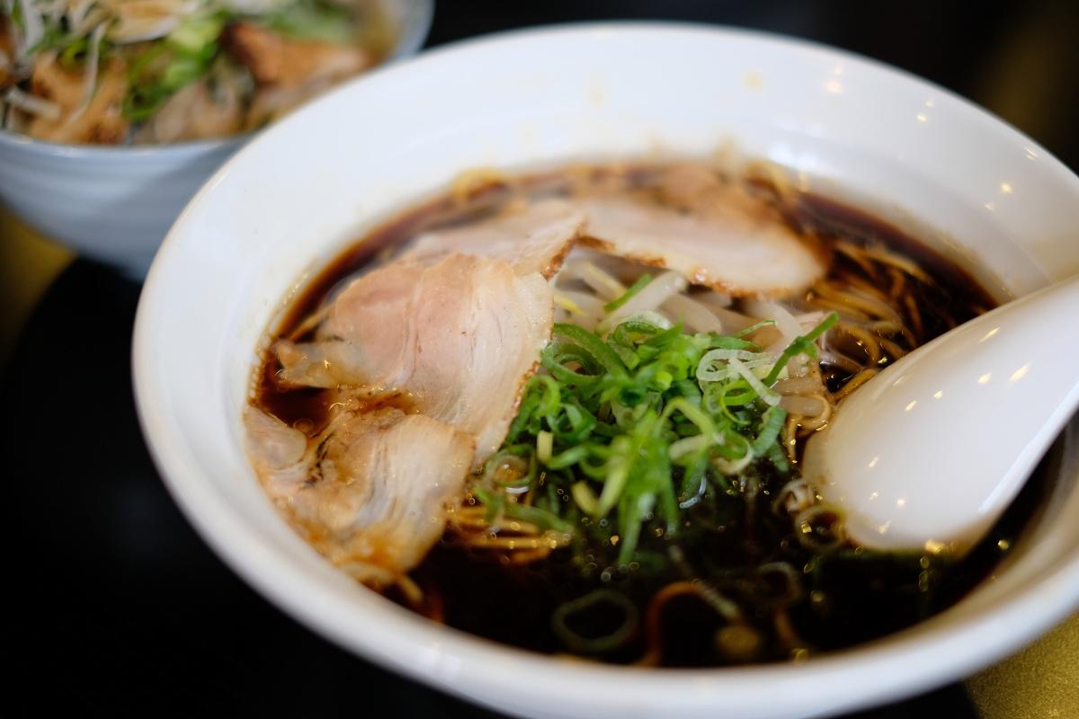 中太麺が選べる真っ黒なスープのブラックラーメンが大人気のめん処大津屋さん!