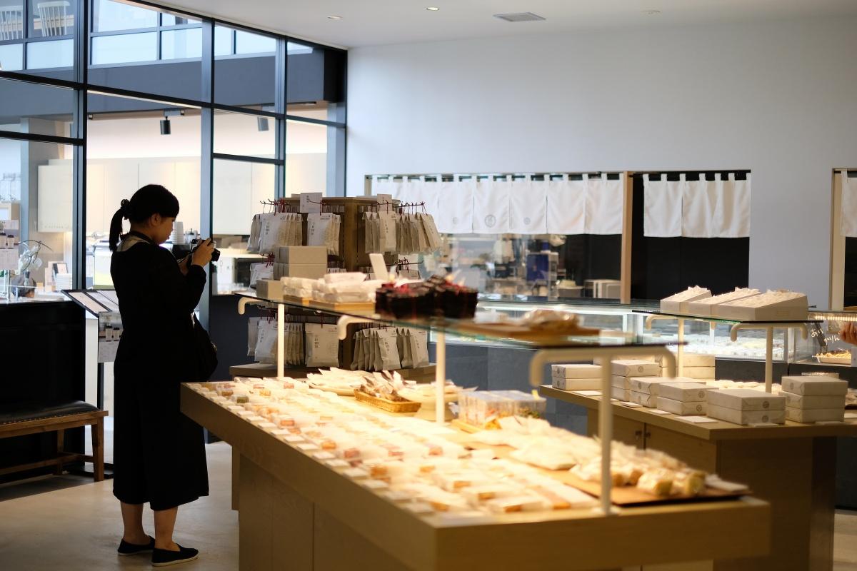 かりんとうの他にもおはぎや串団子、揚げ饅頭など伝統的で心休まる和菓子や、sweets shop FAVORI PLUSとコラボレートした洋菓子のテイストを取り入れた和菓子の数々、プレゼントや進物におすすめなギフトなど、どのようなシーンでもご利用いただけるお菓子を取り揃えております。私たちはすべてのお客様のそばに寄り添うお店で在り続けたいと思っております。菓匠きくたろう!