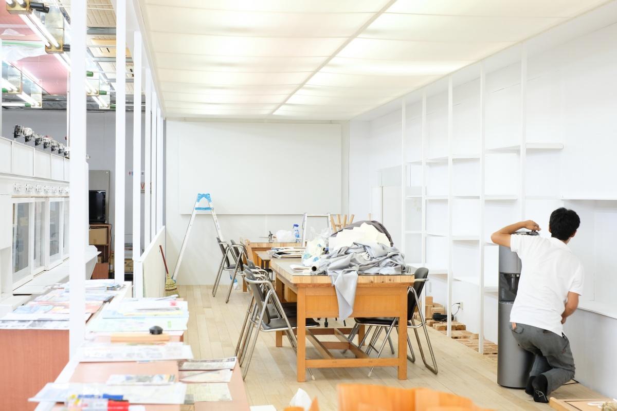 唐戸商店街に開設する創業支援カフェ「KARASTA.」を優しいヒカリで包む