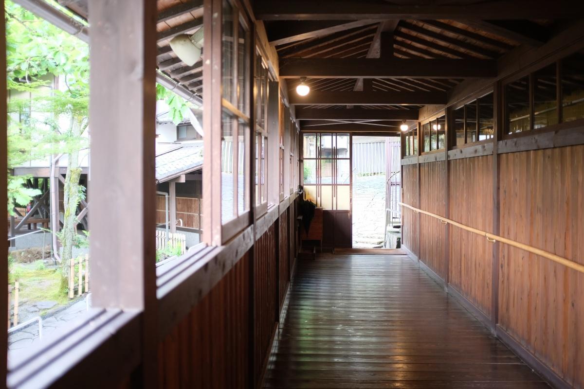 由布岳を借景にする「夢想園」由布院盆地の中心から少し離れた高台に位置し、園内に3棟からなるそれぞれの趣の異なった客室がある