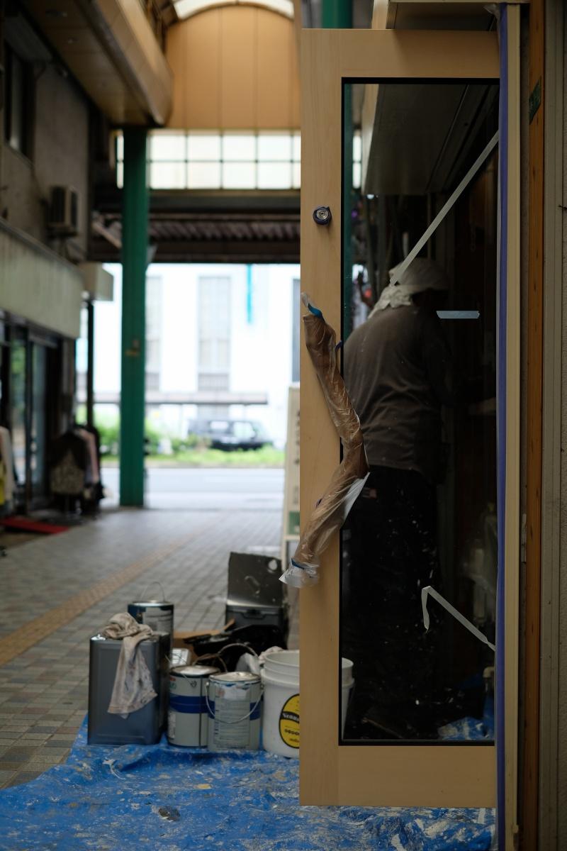 塗装工事で一気に雰囲気が変わる唐戸商店街に出来る牛すじ肉バルのお店