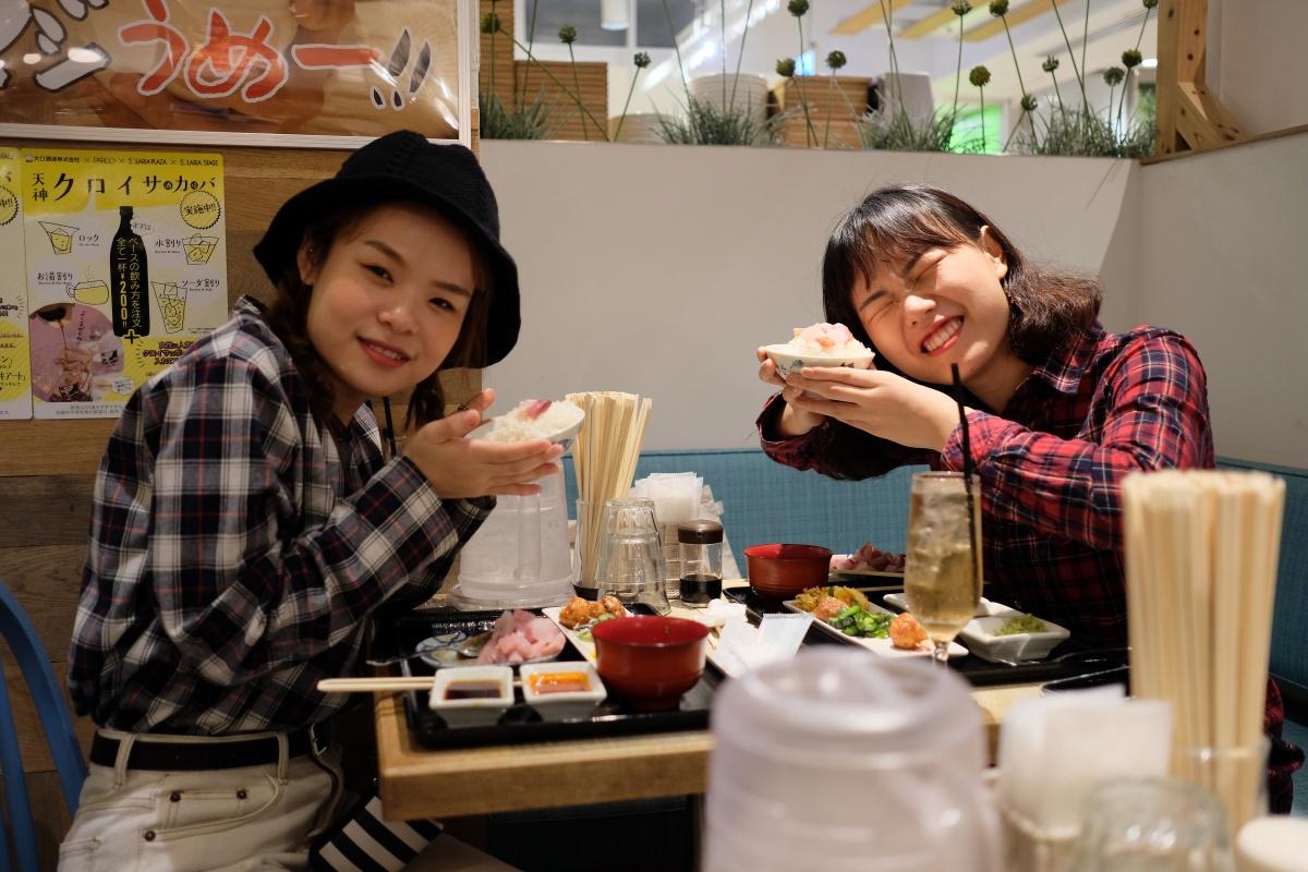 韓国人観光客の女性二人も大喜び!お刺身メガ盛りビュッフェ!