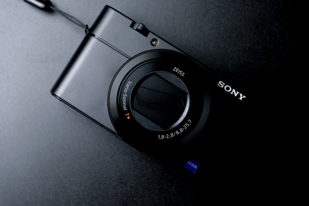 YouTuberに人気のSONY RX-100M5は動画に特化したコンパクトカメラ!
