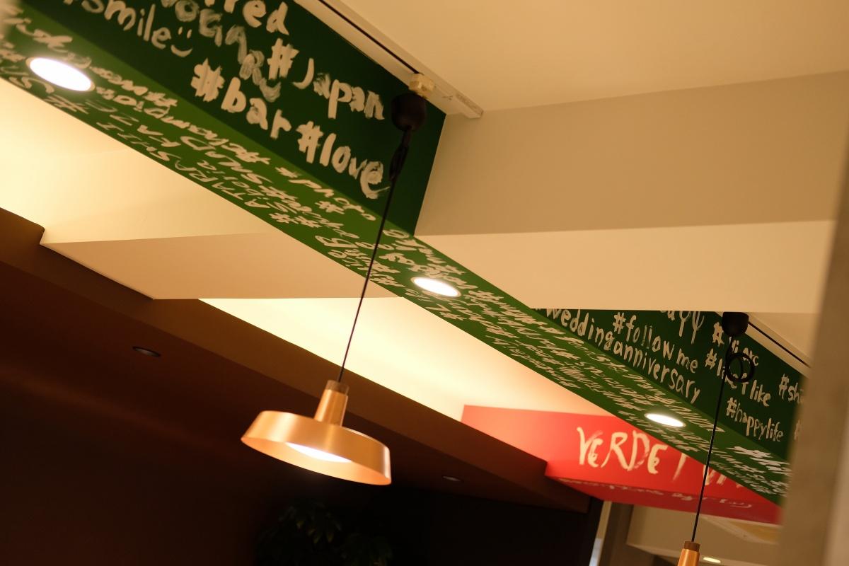 姫ちゃんと「関門お好み焼き・鉄板焼き酒場 Verde Ponte ヴェルデポンテ」をのぞき込んでいたら...