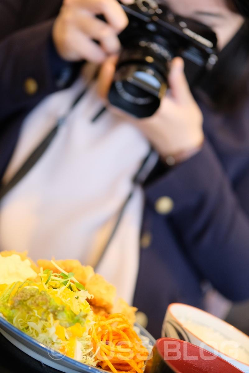 なすび食堂のチキンカツも食べたいし、目玉焼きハンバーグも食べたいからえびちゃんとシェアしましょう!