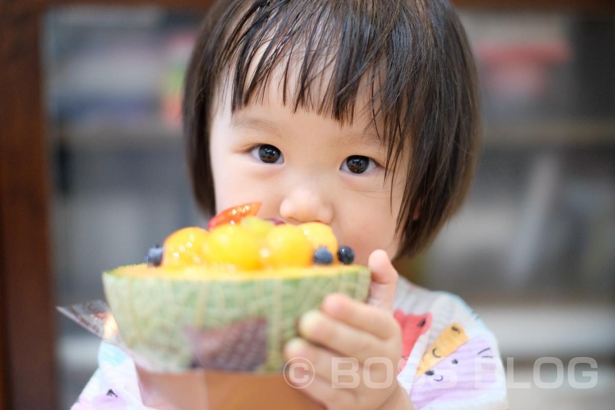 今年も遂に登場!果肉をたっぷり残した贅沢なメロンの器の中に、フルーツとゼリーを詰め込んだ「メロンボール」と「幸せを運ぶボトルプリン」