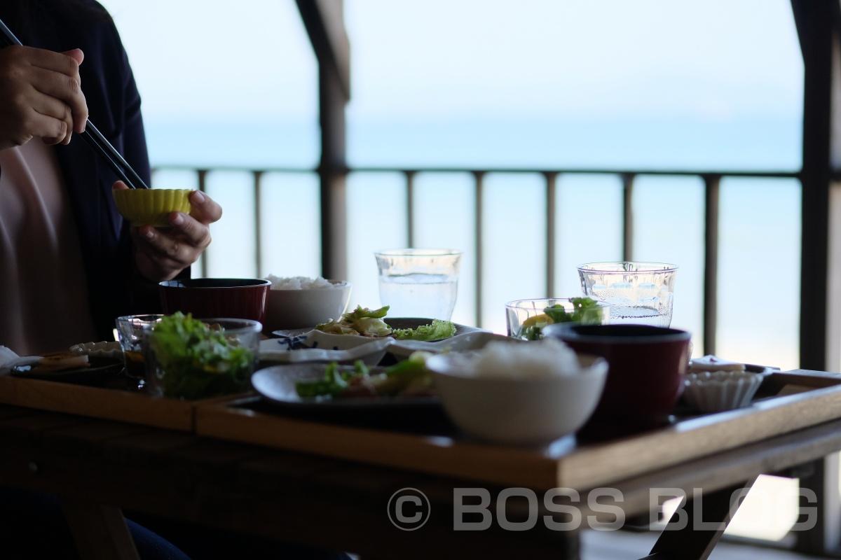 波の音を聴きながら、まったりと「しましま食堂」