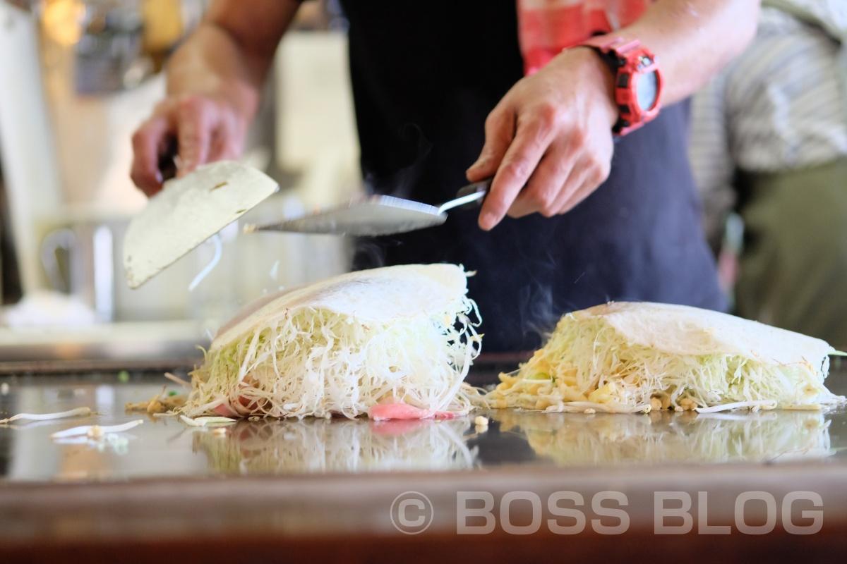 キャベツたっぷりに生麺を茹でて広島風お好み焼き「極楽とんび」