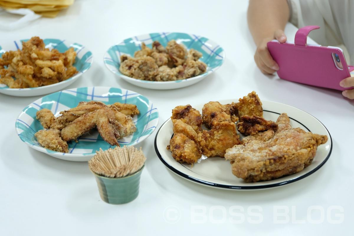 お店のファサードには美味しそうな鶏唐揚げの写真を!キッチングランデ Mochan(もっちゃん)