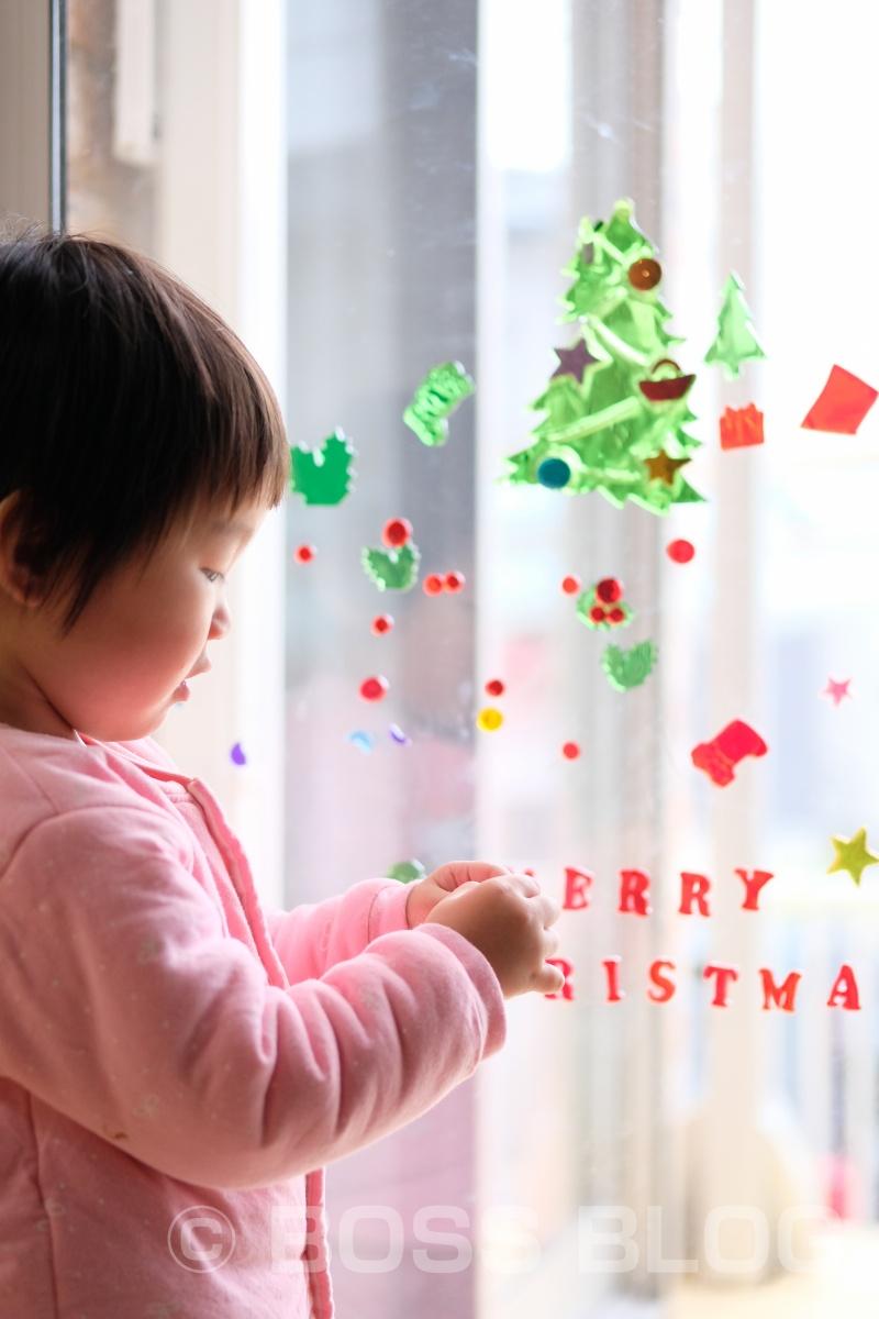 めりーくりしゅます!お家のガラスにクリスマスシールをペタペタ!