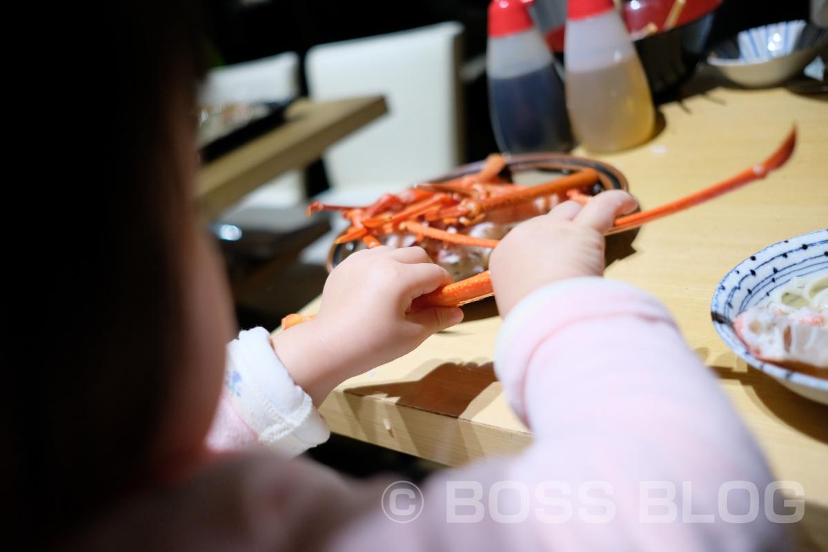 二歳半で蟹の食べ方上手な姫ちゃん!膝の上に乗せたままでは思う様に食べられまへん(笑)