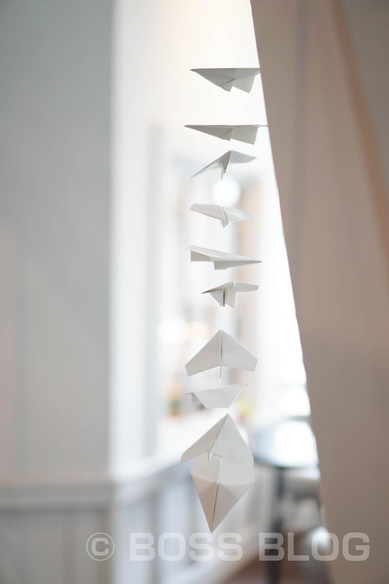 水に溶ける紙で折った紙ヒコーキに願いを書いて飛ばすそうです。